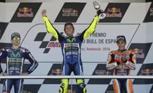 Il podio di Jerez, con il vincitore Rossi fra Lorenzo e Marquez.Epa