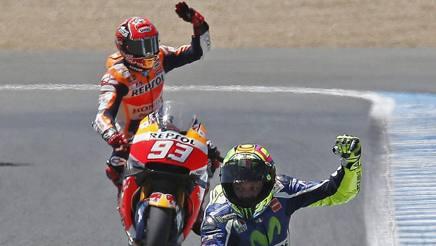 Marquez saluta il pubblico di Jerez, davanti a lui Rossi. Epa