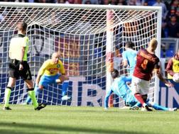 Il gol di Nainggolan, al 44' della ripresa. LaPresse