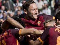 Francesco Totti fa festa dopo il gol di Nainggolan contro il Napoli. Ansa
