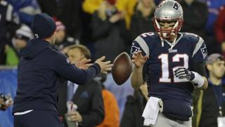 Tom Brady e uno dei palloni incriminati. Ap