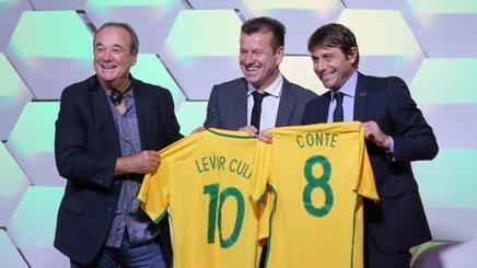 Antonio Conte (a destra) e Carlos Dunga (al centro) in Brasile.