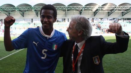 Zoratto esulta con il romanista Capradossi, dopo la semifinale vinta all'Europeo Under 17