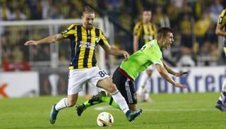 Il terzino turco del Fenerbahce, Caner Erkin ,in azione contro l'Ajax in Europa League. Reuters
