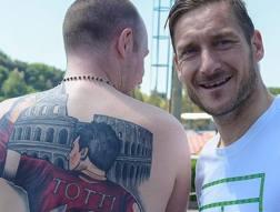 Francesco Totti a Trigoria con il tifoso che si � tatuato il capitano giallorosso sulla schiena.