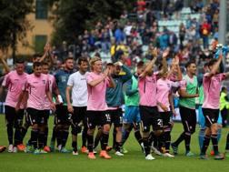 I giocatori del Palermo festeggiano la vittoria contro il Frosinone. Getty
