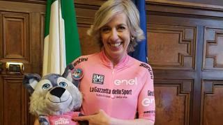 Il ministro Stefania Gianni in maglia rosa. Ansa