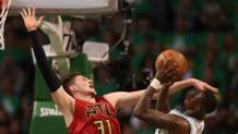 Mike Muscala  e Terry Rozier. Reuters