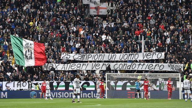 Lo striscione per Allegri esposto dai tifosi della Juve. Getty
