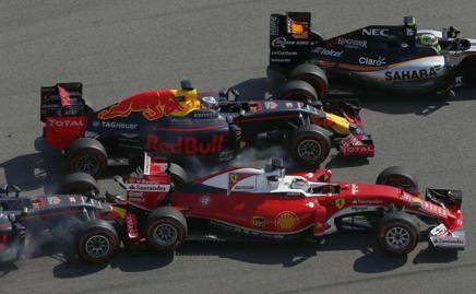 Kvyat tampona la Ferrari di Vettel. Ap