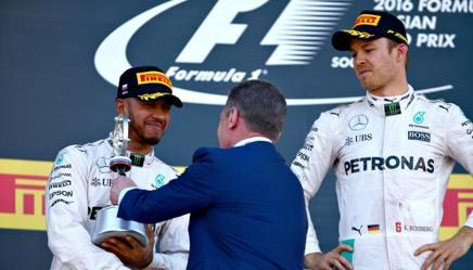 Rosberg ed Hamilton premiati sul podio. Getty