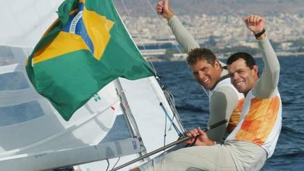 Torben Grael, in primo piano, festeggia l'oro olimpico ad Atene 2004 conquistato con Marcelo Ferreira. Afp