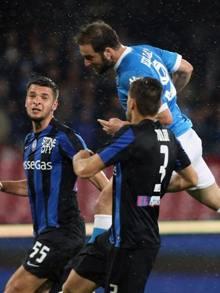 Lo stacco vincente di Gonzalo Higuain per il 2-0 azzurro: è il 32° gol del Pipita. Getty