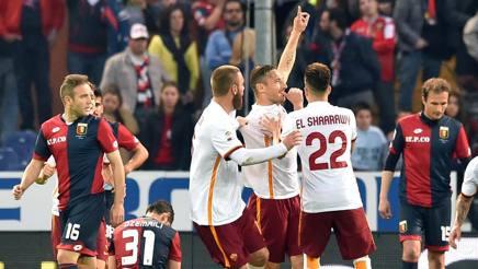 I compagni festeggiano Totti per il gol del (momentaneo) 2-2. Ansa