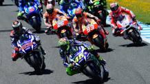Rossi guida il gruppo della MotoGP. Afp