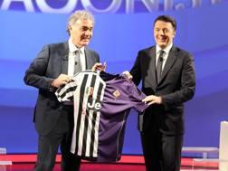 Massimo Giletti, 54 anni, regala a Matteo Renzi, 41, una maglia Juve-Fiorentina. LaPresse