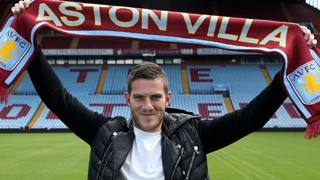 Jordan Veretout con la sciarpa dell'Aston Villa.
