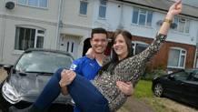 Levi Taylor, tifoso del Leicester che ha scommesso e vinto grazie al titolo delle Foxes, e la fidanzata