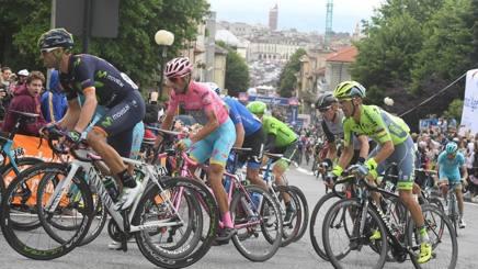Vincenzo Nibali sulla sua speciale bici rosa. Afp