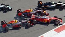 Il tamponamento di Kvyat a Vettel alla prima curva in Russia. Colombo