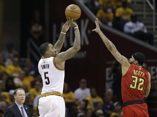 JR Smith al tiro contro gli Hawks nella partita stravinta dai Cavaliers. Per la guardia, 23 punti segnati con 7/13 da 3. Ap
