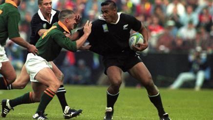 Jonah Lomu in azione nella finalle di Johannesburg, affrontato dal sudafricano Small. LaPresse