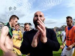 Roberto Stellone saluta i tifosi a fine partita. Ansa