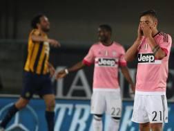 La delusione di Dybala e sullo sfondo la gioia di Toni. Ansa
