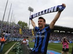 Gianpaolo Bellini saluta i tifosi. LaPresse