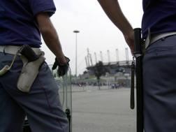 Poliziotti fuori da uno stadio. LaPresse