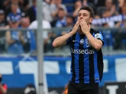 Gianpaolo Bellini saluta i tifosi prima della sfida contro l'Udinese. Ansa