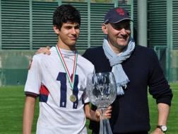 Pietro Pellegri, classe 2001, con il responsabile del settore giovanile del Genoa Michele Sbravati, dopo la vittoria della Manchester United Premier Cup. Foto Oddi