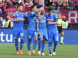I compagni dell'Empoli festeggiano Massimo Maccarone, al 13� gol in campionato. Ansa