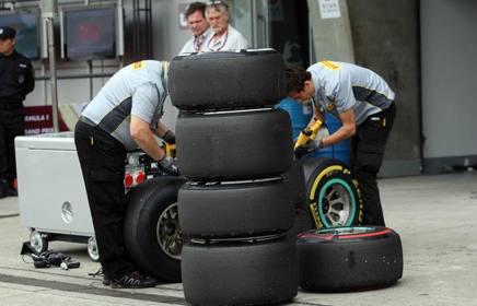 Tecnici Pirelli al lavoro nel paddock con gomme di mescola media (banda bianca), soft (gialla)  e supersoft (rossa) LAPRESSE