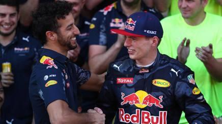 Daniel Ricciardo si complimenta con Verstappen per la vittoria in Spagna. Getty