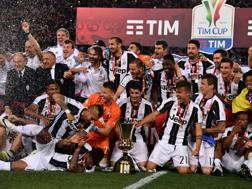 La Juve fa festa con la Coppa Italia. Reuters
