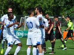 I compagni festeggiano Alberto Picchi, dopo il rigore dell'1-1 in Milan-Empoli. Foto Oddi