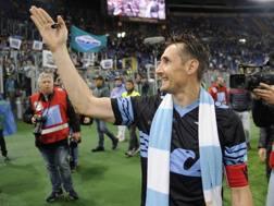Miro Klose saluta i tifosi della Lazio dopo la partita con la Fiorentina, in cui ha segnato su rigore. LaPresse