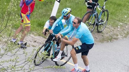 Nibali costretto al cambio bici per il salto della catena. Ansa