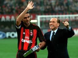 Da sinistra, Paolo Maldini, 47 anni, ex capitano del Milan, e Silvio Berlusconi, 79, presidente del club. Ansa