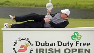 Rory McIlroy, non particolarmente a suo agio, con la coppa del vincitore. Afp