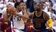 La guardia dei Toronto Raptors, DeMar DeRozan, difende la palla da LeBron James. Reuters