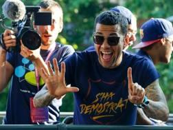 Dani Alves fa festa sul bus del Barcellona. Afp