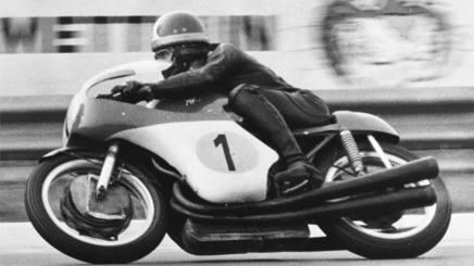 Giacomo Agostini in azione in sella