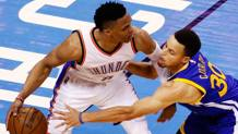 Russell Westbrook (a sinistra) controlla l'attacco di Stephen Curry. Afp