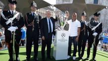 Il sindaco di Milano, Giuliano Pisapia e l'ex calciatore di Roma e Milan, Cafu, con la coppa della Champions in PIazza Duomo. Lapresse