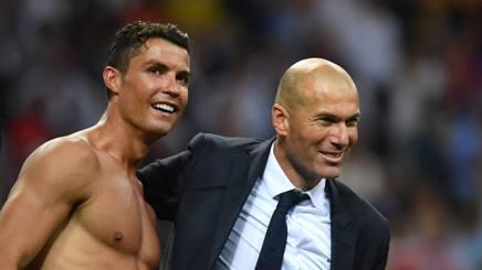 Zinedine Zidane, tecnico del Real Madrid, abbraccia Ronaldo dopo il trionfo di San Siro. Afp