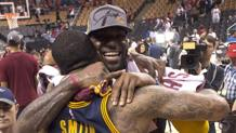J.R. Smith abbraccia LeBron James. Ap