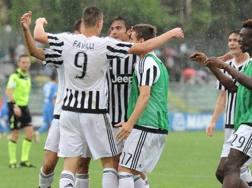 I compagni festeggiano Andrea Favilli, due gol e un assist contro l'Empoli. LaPresse