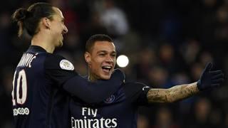 Van der Wiel, festeggiato da Zlatan Ibrahimovic, dopo un gol con il Psg, con cui � a scadenza di contratto. Afp